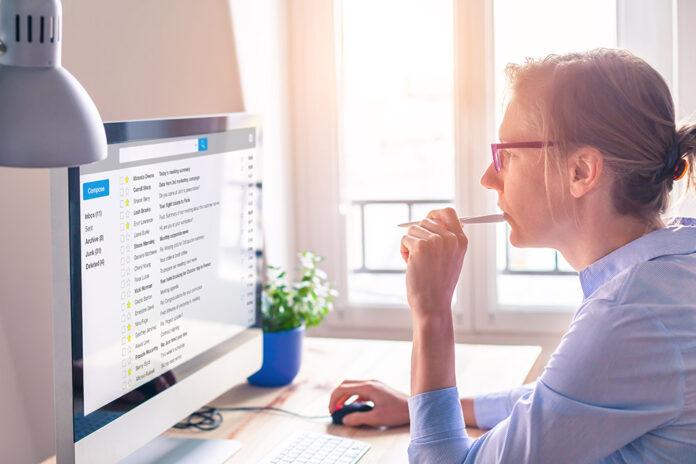 kvinna som tittar i sin e-post inkorg